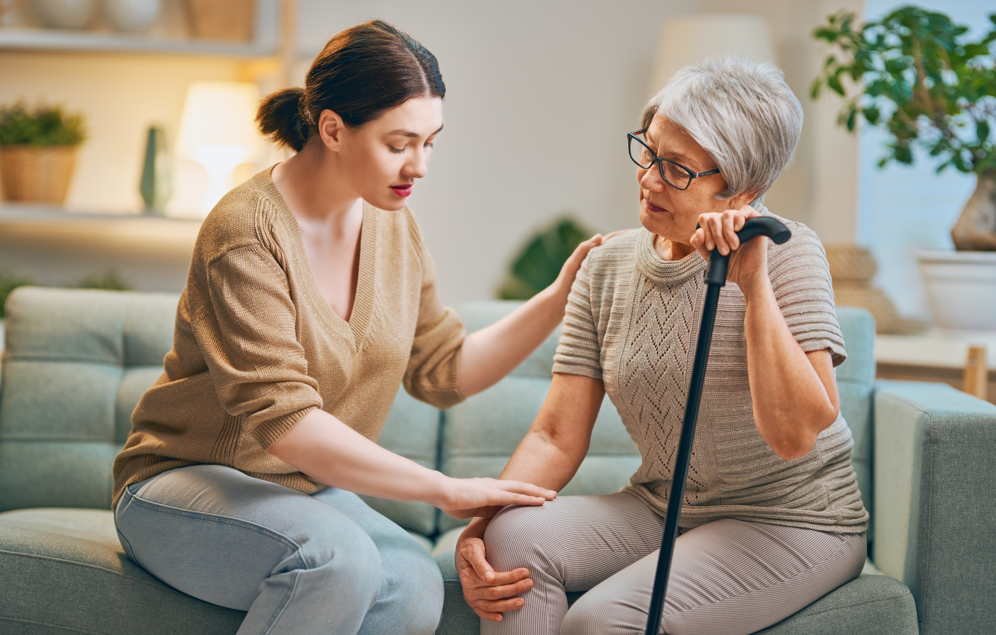 Das Bild zeigt eine Pflegekraft mit Patient*innen.